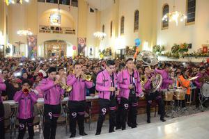 Este año Las mañanitas estuvieron encabezadas por la Banda Diablillos, así como por otras agrupaciones musicales que durante toda la madrugada visitaron la parroquia.