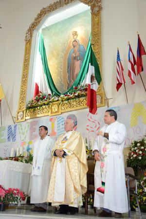 La misa de Gallo fue encabezada por el Obispo de Torreón Monseñor José Guadalupe Galván Galindo y el párroco Benjamín Rivera Rangel.