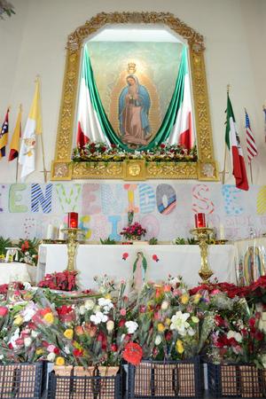 Los laguneros llevaron cientos de flores a la Virgen.