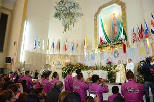Miles de católicos laguneros se concentraron desde temprana hora en la parroquía de Nuestra Señora de Guadalupe en Torreón.