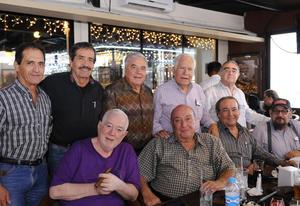 11122015 EXALUMNOS SE REÚNEN.   Amigos de antaño de la Escuela Carlos Pereyra generación 62, disfrutando de gratos momentos.