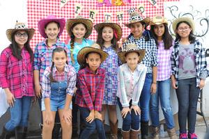 10122015 UN CUMPLE FELIZ.  Claudia Liliana Escalante Rojas junto a sus amigas en la fiesta que le organizó su mamá, Claudia Elena Rojas Soto, por su cumpleaños número diez.