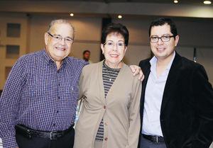 13122015 CONTENTOS.  Ismael Arrambides, María Eugenia de Arrambides y Carlos de la Cruz.