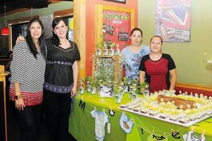 14122015 FIESTA DE CANASTILLA.  Lupita Ramos Faudoa con Oly Martínez, Mayra Ocampo y Carolina Miranda, organizadoras de su baby shower.