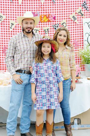 13122015 FELICES 10.  Claudia Liliana Escalante Rojas con sus papás en su fiesta de cumpleaños.