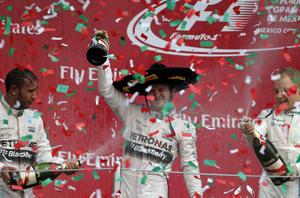 1 de noviembre | Automovilismo. Nico Rosberg (Mercedes) aguantó los embates de su coequipero Lewis Hamilton para llevarse el Gran Premio de México, celebrado en el Autódromo Hermanos Rodríguez.