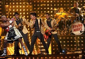 """Los 'memes' pusieron a Mayweather en diversos escenarios; aquí """"bailando"""" junto a Bruno Mars."""