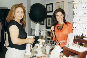 19122015 ASISTEN A BAZAR.  Micaela y Ana Gaby.