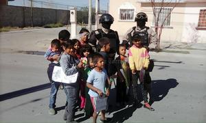Sobre todo juguetes y bolos, fue lo que entregaron los elementos encargados de la seguridad pública de la ciudad, directamente en manos de las niñas y niños que se acercaron a su paso.