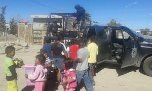 La llegada de los vehículos y la presencia de los agentes uniformados que bajaron bolsas grandes llenas de juguetes, hizo que los pequeños, en grupitos o acompañados de sus padres, se acercaran.
