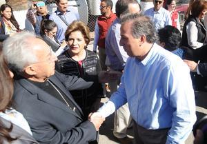 El secretario de Desarrollo Social saludando al obispo de Torreón, José Guadalupe Galván.