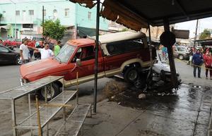 La camioneta impactó otro vehículo en color blanco de modelo reciente, para finalmente terminar contra un poste de madera, el cual partió a la mitad.