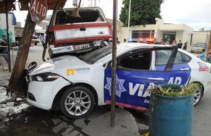Tras el golpe, la patrulla salió proyectada a la esquina de las vialidades, donde se metió debajo de una camioneta Ranger de modelo antiguo.