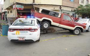 Al llegar al cruce con la calle Blanco, la conductora de un vehículo Stratus con placas de Onappafa, se le atravesó al paso, impactándolo en el costado derecho trasero.