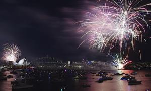 El espectáculo de fuegos artificiales fue admirado por miles.