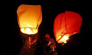 Surcoreanos festejaron lanzando farolillos al cielo para pedir deseos durante las celebraciones de Año Nuevo en la playa de Gangneung.