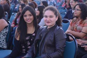 30122015 ASISTEN A PASTORELA.  Mariana y Clara.
