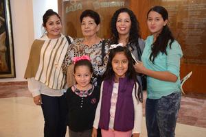 30122015 EN EL TEATRO.  Yusi, Ana Keren, Olga, Karla, Zoé y Zara.