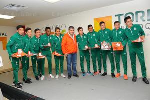 El alcalde de Torreón, Miguel Riquelme, recibió a los equipos Sub 17 y Sub 20 de Santos Laguna, a quienes entregó reconocimientos  por los títulos obtenidos en el Torneo Apertura 2015.