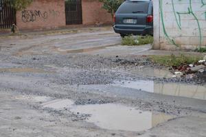 En la calle Plaza de Armas, en Rincón La Merced, el pavimento de las calles se observa destrozado.