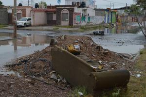 Los vecinos de Rincón La Merced aseguran que además de las lluvias deben preocuparse por los escombros.