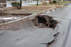Las lluvias dejaron fuertes daños en el pavimento.
