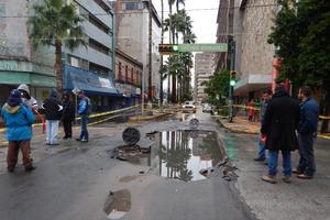 Las lluvias dejaron al descubierto fallas en la obra de introducción del drenaje sanitario en la avenida Morelos, que se encuentra en ejecución.