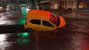 Protección Civil atendió la caída de un colector de aguas residuales en la avenida Morelos y Calle Rodríguez, en donde cayó una unidad de taxi.