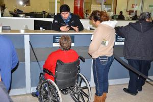 Los adultos mayores y personas con discapacidad tuvieron preferencia en la fila.