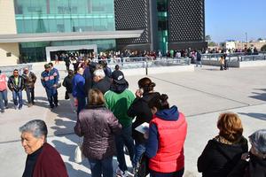 La fila llegó hasta la explanada de la Plaza Mayor.