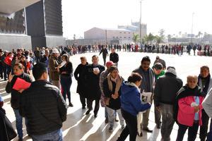 Pese al frío, las personas estuvieron en la fila por varias horas para poder pagar el impuesto.