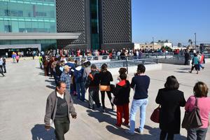 Cientos de ciudadanos realizaron una larga fila en las afueras de la Tesorería Municipal.