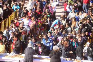 Personas de colonias vulnerables y de diferentes centros comunitarios asistieron a la repartición de la rosca.