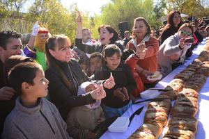 La rosca contenía los tradicionales 'monitos' que se relacionan con el Día de la Candelaria.