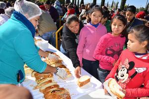 El DIF Torreón repartió la tradicional rosca de reyes en el Bosque Urbano.