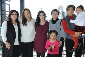 01012016 PRONTO SERá MAMá.  Ivonne Varela recibió múltiples felicitaciones y regalos por parte de las asistentes a su fiesta de canastilla. En la fotografía la acompañan: Vicky Salas, Daniela Pineda, Lili Varela, Tina Flores, Dany y Fernanda.