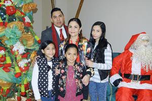 01012016 MOMENTOS EN FAMILIA.  Joel Martínez su esposa Nany y sus hijas en reciente celebración decembrina.