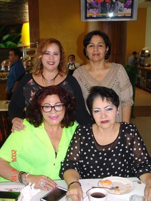 03012016 Fernanda y Manolo y sus tres María Luisas.