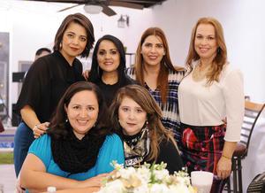 Claudia, Vero, Marcela, Vero, Monserrat y Lily