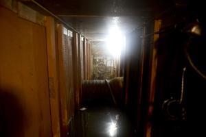Detrás del espejo ubicado en un vestidor había una escalera que daba a un túnel de aproximadamente 1.8 metros de alto y paredes de madera.