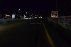 Así luce en las noches la parada de autobuses a la altura de la colonia El Roble, por la falta de alumbrado.