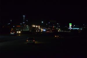 En el Puente La Unión hay lámparas apagadas en la parte superior e inferior. Hay oscuridad en laterales.