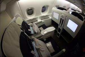 El A380 de Air France cuenta con cuatro clases: Premiére, con nueve asientos, espacio para guardarropa, bar con buffet, entre otros, y Business, que permitirá acceder a la primera galería de arte instalada en una aeronave con exposiciones creadas para la empresa francesa en colaboración con grandes museos del mundo.