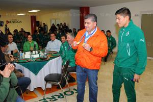 Miguel Riquelme recibió una par de medallas por parte del Club Santos Laguna.