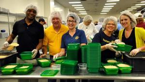 10012016 Rotarios de Columbia, Missouri (EE.UU.) USA, sirven como voluntarios en un banco de alimentos.