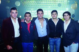 11012016 ENTRE AMIGOS.  Fernando, Roberto, Javier, Karry y Diego.