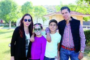 10012016 EN FAMILIA.  Luis Alberto Ávila y Mayte Reyes con sus hijos, Juan Pablo y Ma. Fernanda.