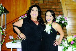 10012016 Muy emocionada la festejada en compañia de su mamá, Sandra Lilia Vázquez  Gómez.