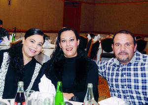 11012016 POSAN PARA LA FOTO.  Rosario, Imelda y Jesús.