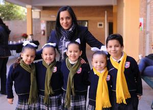 15012016 EN EL COLE.  Renata, Bárbara, Lety, Alejandra, Igancio y Miss Karina.